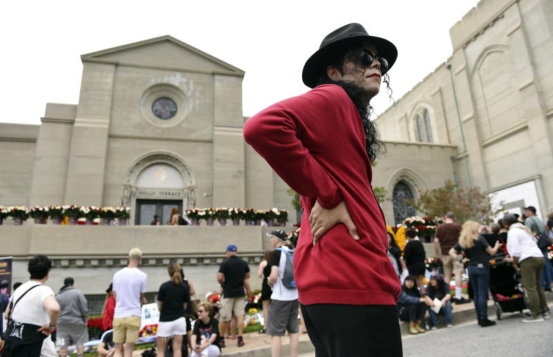 Michael Jackson impersonator Rem Garza, of Long Beach, Calif., stands outside Jackson's final resting place at Forest Lawn Cemetery, Tuesday, June 25, 2019, in Glendale, Calif. Tuesday marks the 10th anniversary of Jackson's death. (Photo by Chris Pizzello/Invision/AP)