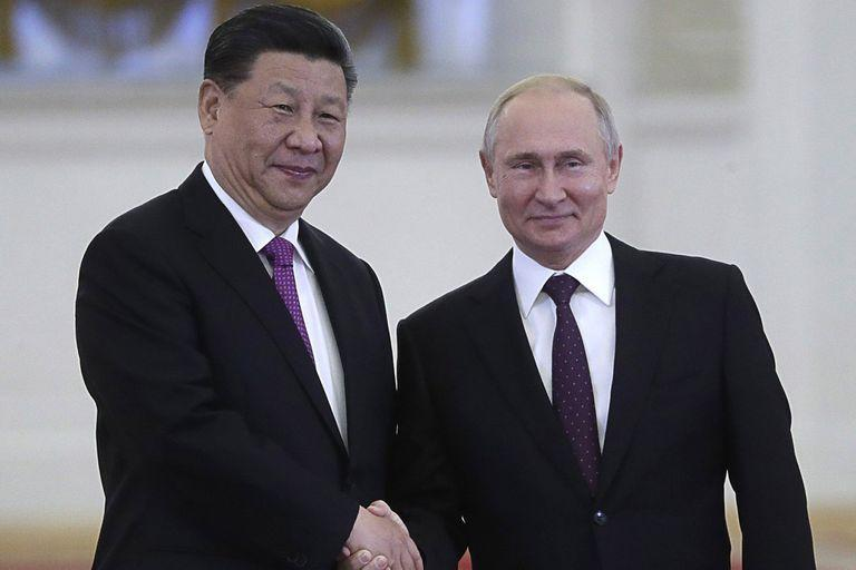 HANDOUT - 05 June 2019, Russia, Moscow: Russian President Vladimir Putin meets with Chinese President Xi Jinping at the Kremlin. Photo: -/Kremlin/dpa - ATTENTION: editorial use only in connection with the latest coverage and only if the credit mentioned above is referenced in full