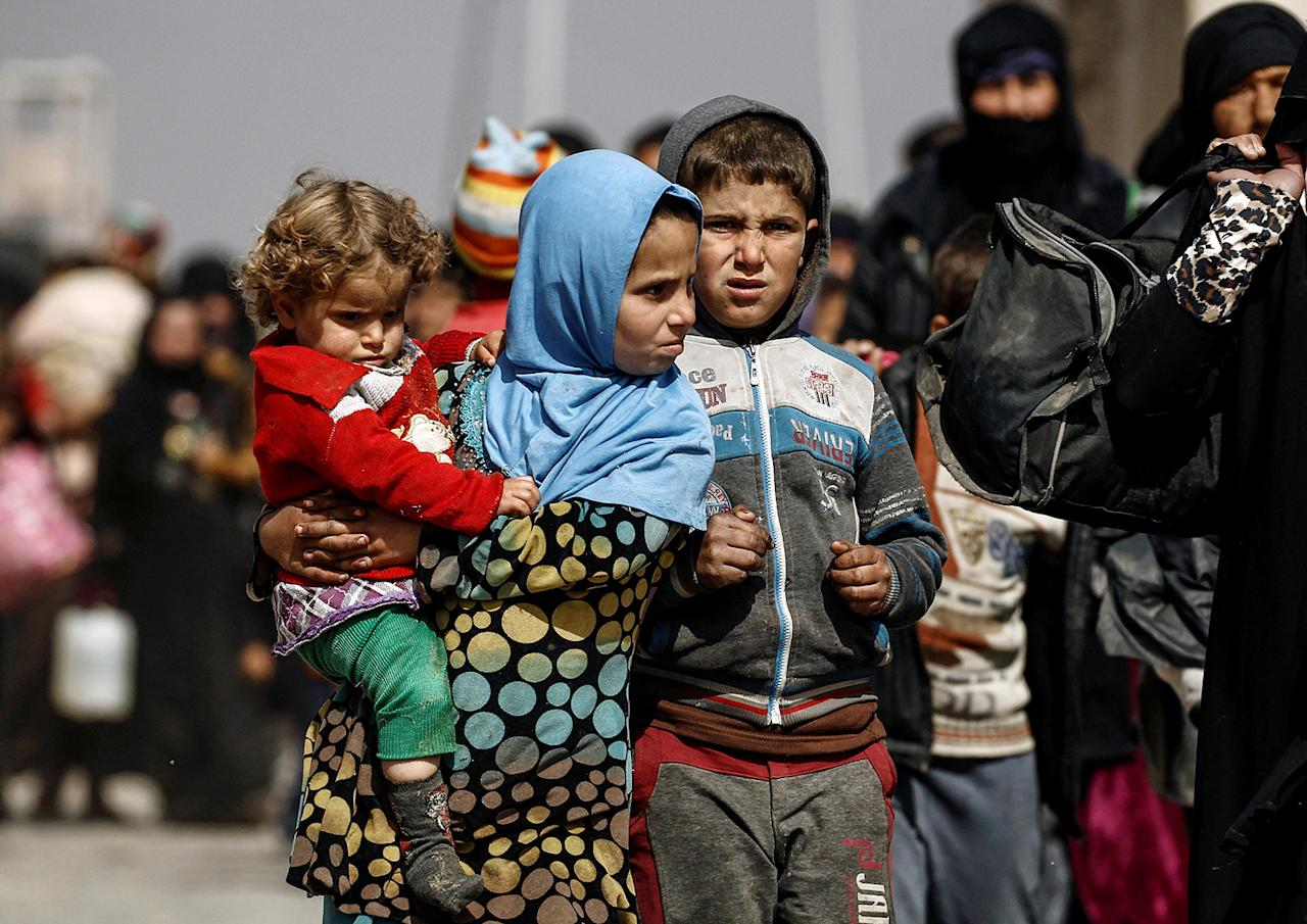 <p>Displaced Iraqis flee their homes, while Iraqi forces battle with Islamic State militants in western Mosul, Iraq, Feb. 28, 2017. (Zohra Bensemra/Reuters) </p>