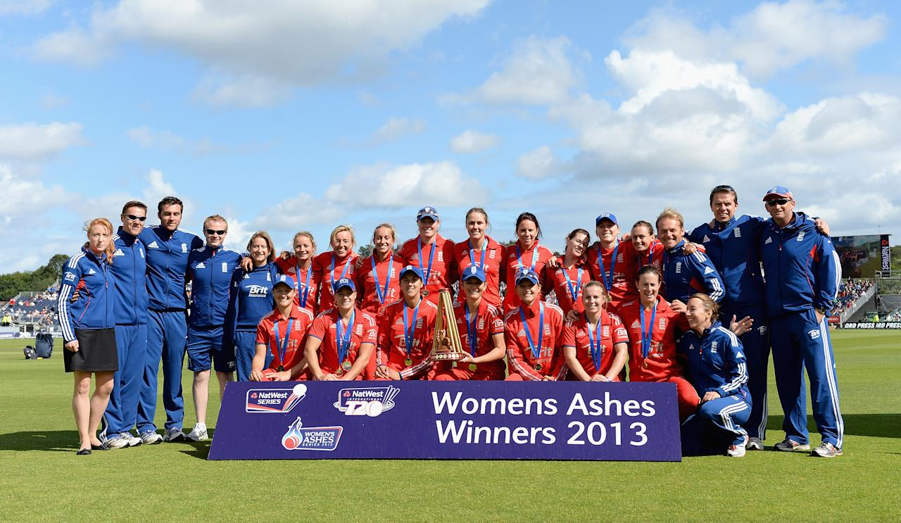 CHESTER-LE-STREET, ENGLAND - AUGUST 31:  England celebrate winning the Ashes trophy after the 3rd NatWest T20 match between England and Australia at Emirates Durham ICG on August 31, 2013 in Chester-le-Street, England.  (Photo by Gareth Copley/Getty Images)