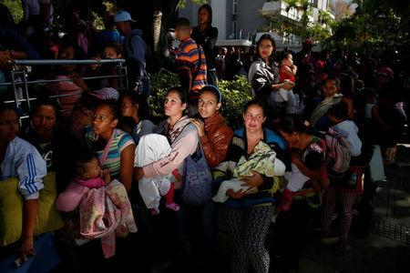 Women carrying babies queue as they try to buy diapers outside a pharmacy in Caracas, Venezuela March 18, 2017. REUTERS/Carlos Garcia Rawlins