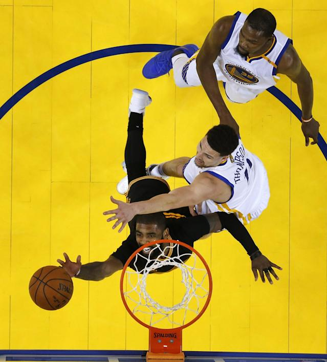 <p>LWS180. Oakland (United States), 04/06/2017.- Golden State Warriors player Klay Thompson (C) tries to block a shot against Cleveland Cavaliers player Kyrie Irving (bottom) in game two of the NBA Finals basketball game at Oracle Arena in Oakland, California, USA, 04 June 2017. (Baloncesto, Estados Unidos) EFE/EPA/MARCIO JOSE SANCHEZ / POOL </p>