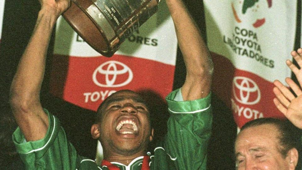 Palmeiras captain Cesar Sampaio raises the trophy | VANDERLEI ALMEIDA/Getty Images