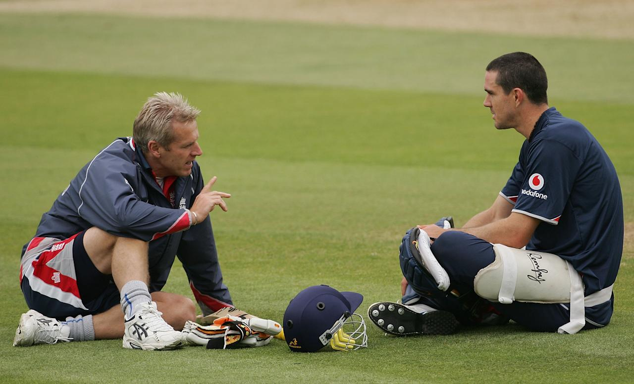 LONDON - JUNE 27:  Kevin Pietersen (R) speaks with coach Peter Moores bats during the England nets session at the Oval on June 27, 2007 in London, England.  (Photo by Hamish Blair/Getty Images)