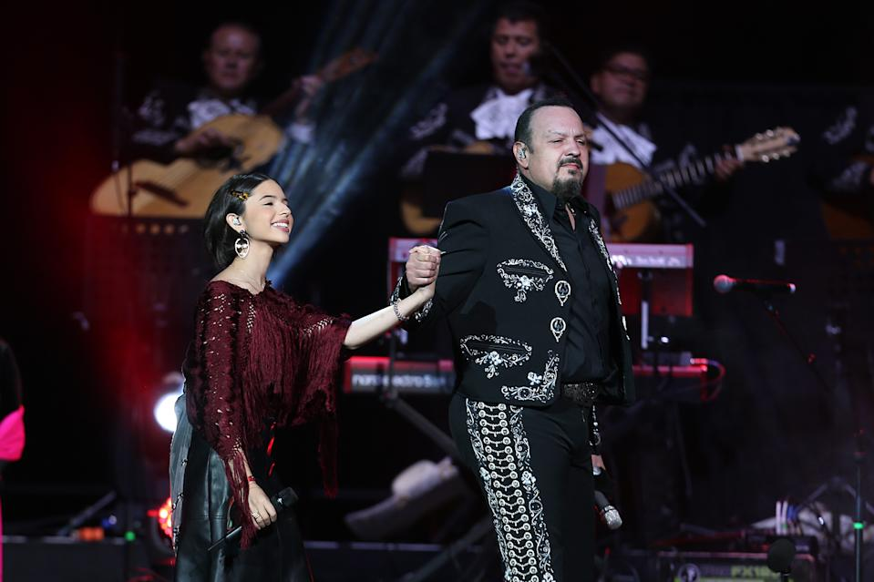Pepe Aguilar con su hija Angela en un concierto en Texas en 2019. (Photo by Omar Vega/Getty Images)