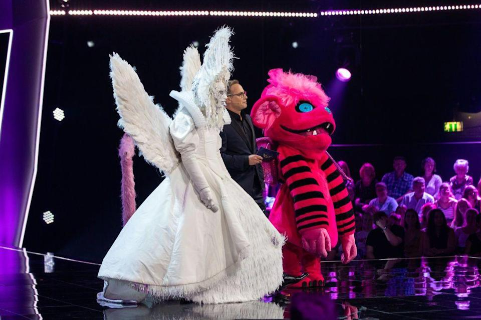 <p>The contestants are voted on by the panelists and the audience members, which are both weighted at 50 percent. The lowest-scoring contestant is eliminated from the competition.</p>