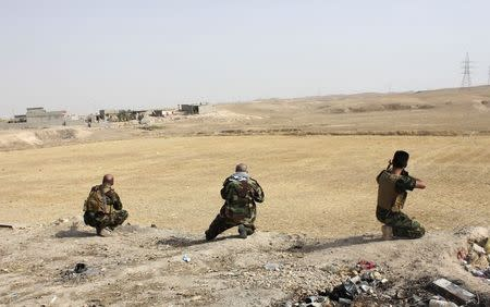 Tribal fighters take their positions to secure an area from militants of the Islamic State, formerly known as the Islamic State in Iraq and the Levant (ISIL), in the Hamrin mountains in Diyala province July 25, 2014. Picture taken July 25, 2014. REUTERS/Stringer