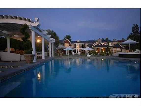 <p>A night view of Jessica Simpson's swimming pool. Yet another perfect spot for entertaining guests.</p>