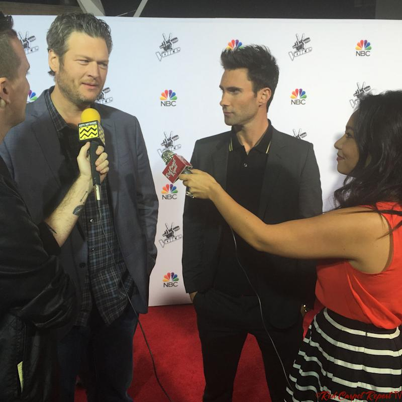 A picture of Blake Shelton during a red carpet interview putting on a casual jacket with inner stripes T-shirt and pant to match