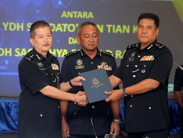 Perak police chief Datuk Hasnan Hassan (centre) witnessing the handing-over of duties between outgoing CID chief, SAC Datuk Gan Tian Kee (left) and incoming CID chief, SAC Yahya Abd Rahman, January 12, 2018. — Picture by Farhan Najib