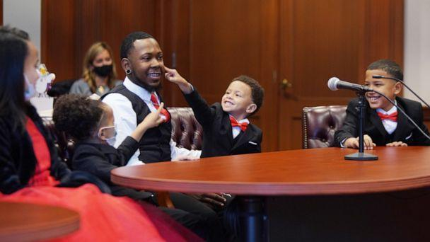 PHOTO: On Oct. 30, Robert Carter of Cincinnati, Ohio, adopted Marionna, 10, Robert, 9, Makayla, 8, Giovanni, 5 and Kiontae, 4. He was determined to keep the children together.  (Mark Lyons)