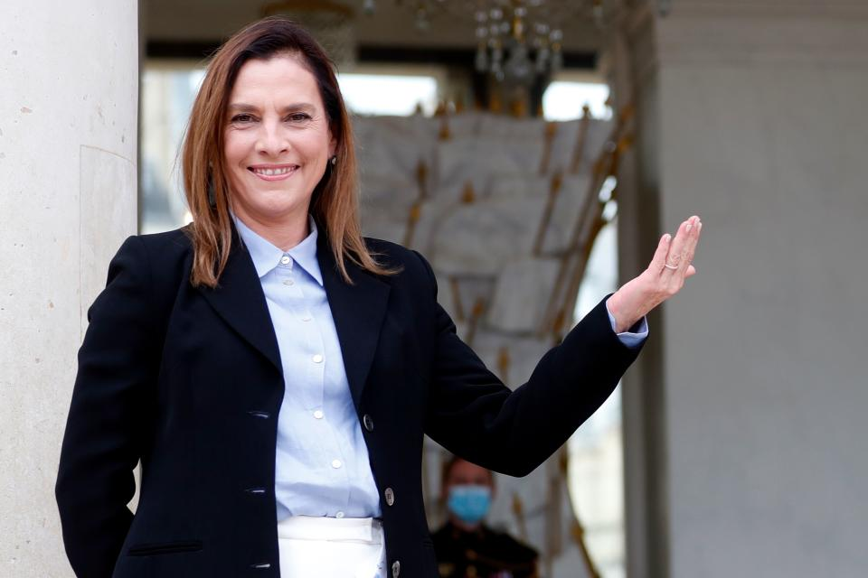 Mexican President's wife Beatriz Gutierrez Muller gestures as she poses prior to a meeting at the Elysee Place in Paris, on October 8, 2020. (Photo by Thibault Camus / POOL / AFP) (Photo by THIBAULT CAMUS/POOL/AFP via Getty Images)