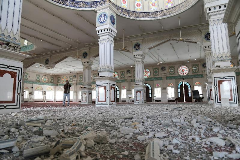 A Yemeni man inspects the damage at a mosque which was reportedly hit by a rocket during clashes between Shiite Huthi rebels and pro-regime fighters in Taez, on September 14, 2015 (AFP Photo/Ahmad Al-Basha)