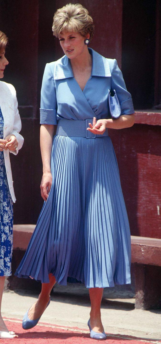 <p>For a trip to Egypt, Diana opted for a monochromatic belted look, complete with matching handbag and heels.</p>