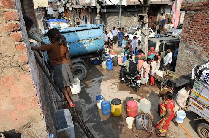Resident of the working-class New Delhi suburb of Kailash Puri collect water from a tanker on March 16, 2015 (AFP Photo/Roberto Schmidt)