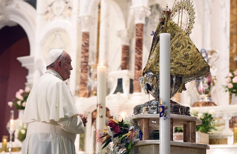 Pope Francis prays at the basilica of Our Lady of Charity of El Cobre - patron saint of Cuba- in El Cobre, Santiago de Cuba on September 21, 2015 (AFP Photo/Filippo Monteforte)
