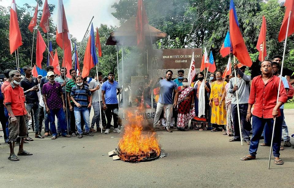"""<div class=""""paragraphs""""><p>West Midnapur: Left Front supporters protest outside IIT Kharagpur to support farmers Bharat Bandh strike against central governments three farm reform laws.</p></div>"""