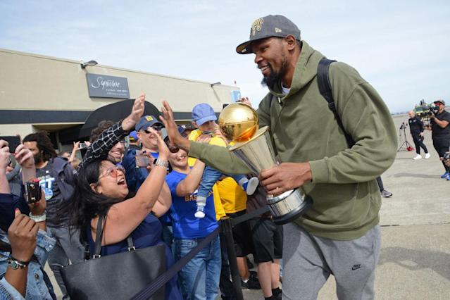 "<a class=""link rapid-noclick-resp"" href=""/nba/players/4244/"" data-ylk=""slk:Kevin Durant"">Kevin Durant</a> high-fives fans after the <a class=""link rapid-noclick-resp"" href=""/nba/teams/gsw"" data-ylk=""slk:Golden State Warriors"">Golden State Warriors</a> return home following their Game 4 win over the <a class=""link rapid-noclick-resp"" href=""/nba/teams/cle"" data-ylk=""slk:Cleveland Cavaliers"">Cleveland Cavaliers</a>. (Getty)"