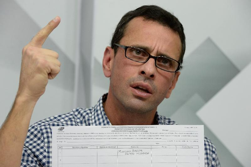 Venezuelan opposition leader and Miranda State governor Henrique Capriles speaks during a press conference in Caracas on April 26, 2016, after showing the form to activate the referendum on cutting President Nicolas Maduro's term short (AFP Photo/Federico Parra)