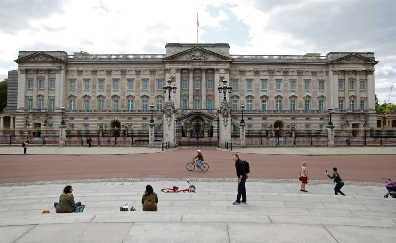 People sit on the steps opposite Buckingham Palace in London on May 13, 2020, as people start to return to work after COVID-19 lockdown restrictions were eased. - Britain's economy shrank two percent in the first three months of the year, rocked by the fallout from the coronavirus pandemic, official data showed Wednesday, with analysts predicting even worse to come. Prime Minister Boris Johnson began this week to relax some of lockdown measures in order to help the economy, despite the rising death toll, but he has also stressed that great caution is needed. (Photo by Tolga AKMEN / AFP) (Photo by TOLGA AKMEN/AFP via Getty Images)