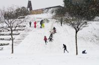 Varios niños disfrutan de la nieve en un parque de la capital. (Photo by Marcos del Mazo/LightRocket via Getty Images)