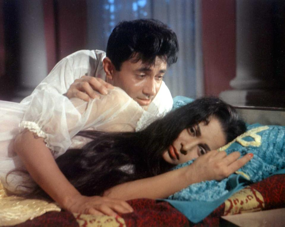 The creeping distance between Dev Anand and Waheeda Rehman