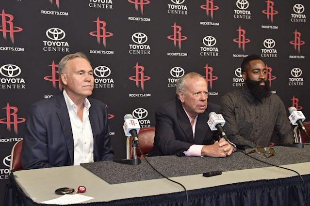 "<a class=""link rapid-noclick-resp"" href=""/nba/teams/hou/"" data-ylk=""slk:Houston Rockets"">Houston Rockets</a> owner Leslie Alexander (C) will sell the franchise. (Getty)"