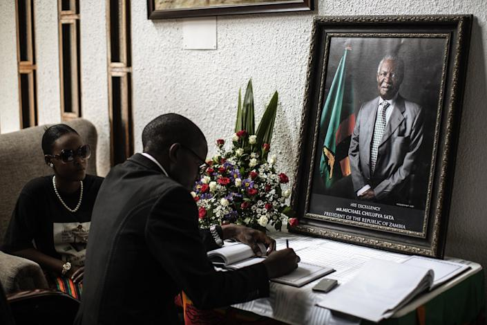 Zambian opposition leader Cosmo Mumba signs a condolences book for the late president Michael Sata at Government House in Lusaka, on November 10, 2014 (AFP Photo/Gianluigi Guercia)