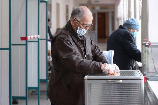 KAZAN, RUSSIA - SEPTEMBER 17, 2021: A man votes in the 2021 Russian parliamentary election at polling station No 147 in secondary school No 75. Russia holds legislative elections on 17-19 September 2021; voters will go to the polls to elect members of the Russian State Duma; voters will also elect heads of nine Russian regions and 39 constituent regions of Russia will hold regional parliamentary elections. Yegor Aleyev/TASS (Photo by Yegor Aleyev\TASS via Getty Images) (Photo: Yegor Aleyev via Getty Images)