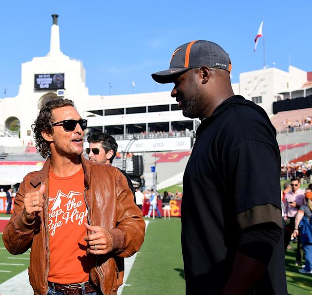 "Actor Matthew McConaughey and quarterback Vince Young talk on the sidelines before the game between the <a class=""link rapid-noclick-resp"" href=""/ncaab/teams/tal/"" data-ylk=""slk:Texas Longhorns"">Texas Longhorns</a> and the <a class=""link rapid-noclick-resp"" href=""/ncaab/teams/uad/"" data-ylk=""slk:USC Trojans"">USC Trojans</a> at Los Angeles Memorial Coliseum in 2017. (Getty Images)"