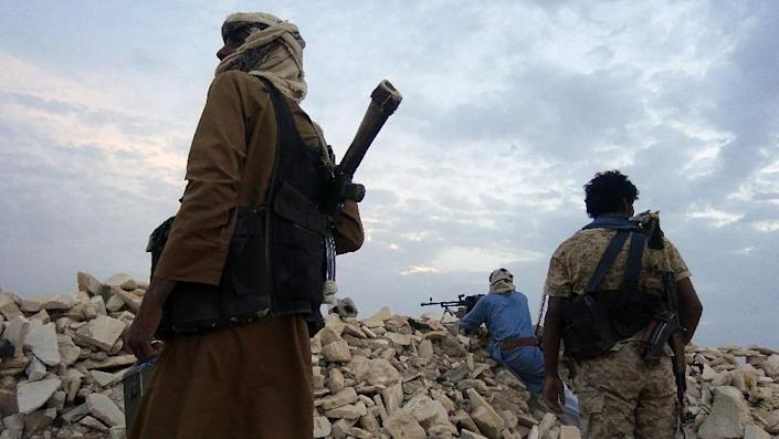 Armed Yemeni tribesmen from the Popular Resistance Committees, supporting forces loyal to Yemen's Saudi-backed fugitive President Abedrabbo Mansour Hadi, monitor the area of Algevinh, following clashes with Huthi rebels, June 7, 2015 (AFP Photo/Abdullah Hassan)
