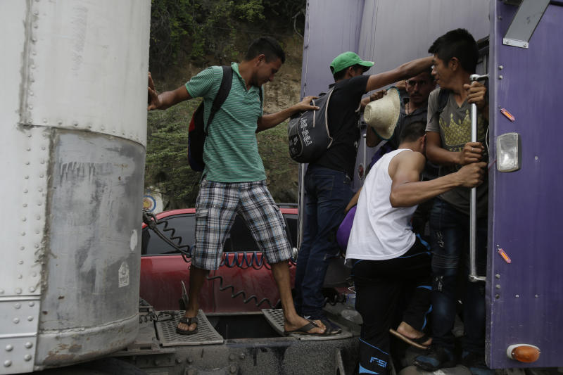 Police Meet US-Bound Migrant Caravan at Mexico's Southern Border