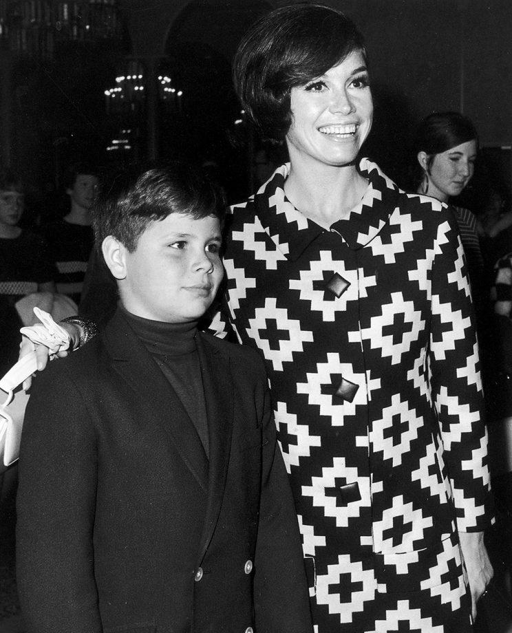 Mary Tyler Moore puts her arm around her son, Richard Meeker Jr., in 1968. (Photo: Frank Edwards/Fotos International/Getty Images)