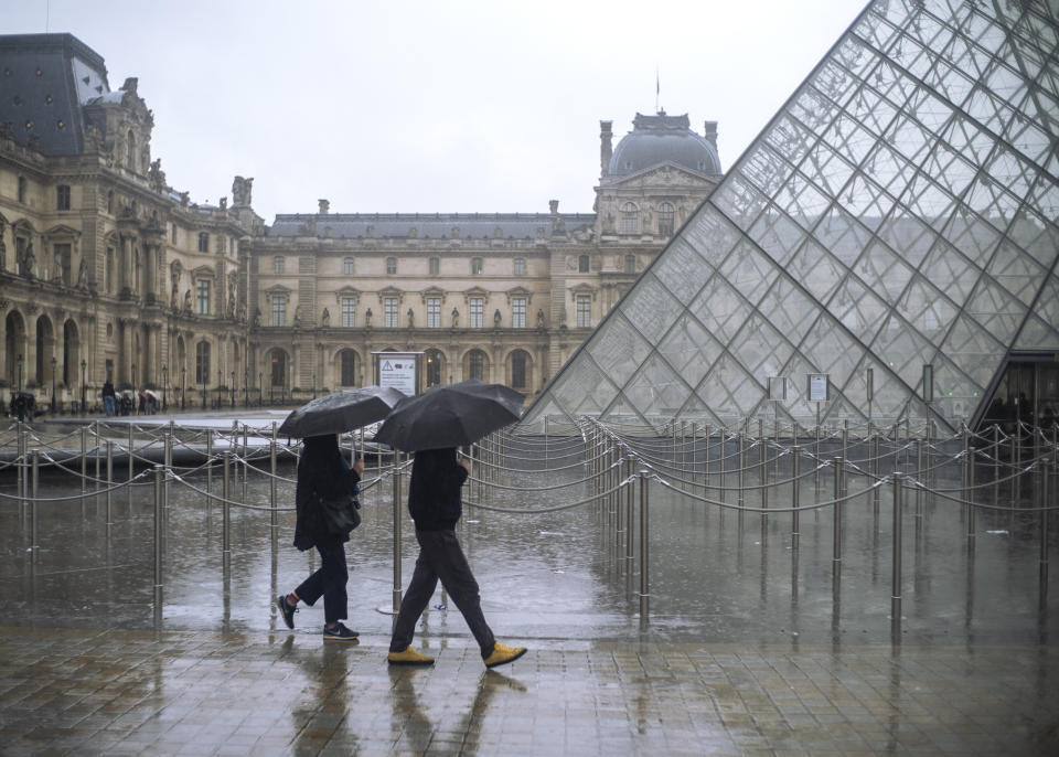 The Louvre was empty of tourists following the move to close its doors over coronavirus fears. (AP Foto/Rafael Yaghobzadeh)