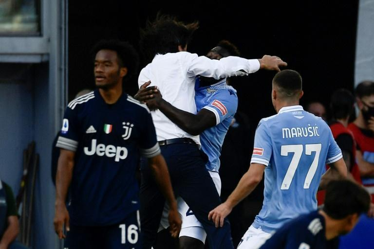 Felipe Caicedo (2R) celebrates with Lazio coach Simone Inzaghi (2L) after a last-gasp equaliser against Juventus