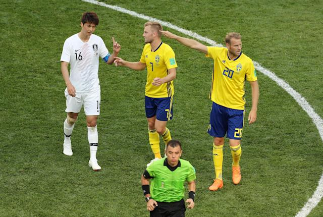 Soccer Football - World Cup - Group F - Sweden vs South Korea - Nizhny Novgorod Stadium, Nizhny Novgorod, Russia - June 18, 2018 South Korea's Ki Sung-yueng with Sweden's Sebastian Larsson and Ola Toivonen REUTERS/Lucy Nicholson
