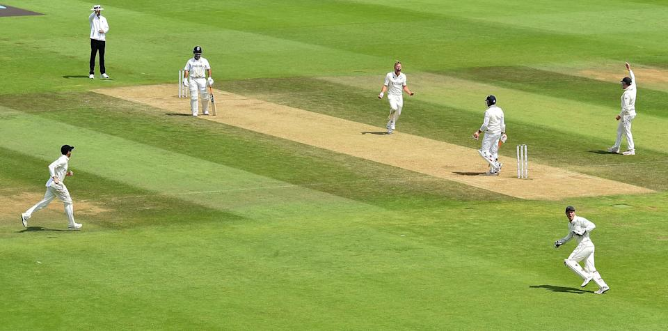 New Zealand's Neil Wagner (4R) celebrates taking the wicket of India's Ravindra Jadeja (3R) for 16 runs off a catch by New Zealand's BJ Watling (2R) on the final day of the ICC World Test Championship Final between New Zealand and India at the Ageas Bowl in Southampton, southwest England on June 23, 2021. - RESTRICTED TO EDITORIAL USE (Photo by Glyn KIRK / AFP) / RESTRICTED TO EDITORIAL USE (Photo by GLYN KIRK/AFP via Getty Images)