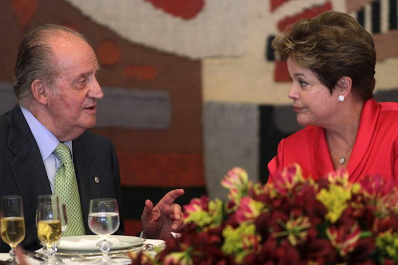 Spain's King Juan Carlos, right, talks with Brazil's President Dilma Rousseff, during a lunch with businessmen in the Itamaraty palace, in Brasilia, Brazil, Monday, June 4, 2012. King Juan Carlos in on a one-day visit to Brazil. (AP Photo/Eraldo Peres)