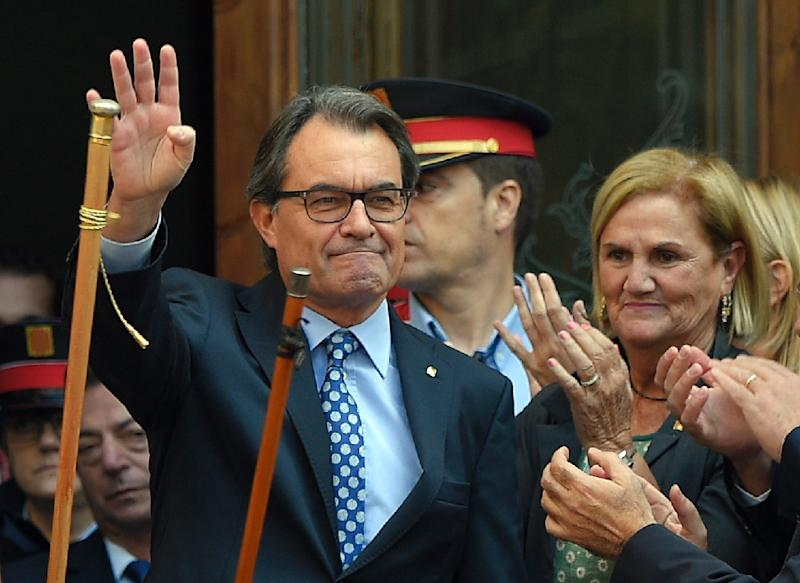Catalan leader Artur Mas waves to supporters outside the Superior Court of Catalonia in Barcelona, on October 15, 2015 (AFP Photo/Lluis Gene)