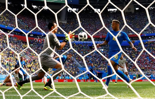 Soccer Football - World Cup - Group E - Brazil vs Costa Rica - Saint Petersburg Stadium, Saint Petersburg, Russia - June 22, 2018 Costa Rica's Keylor Navas in action with Brazil's Neymar REUTERS/Max Rossi