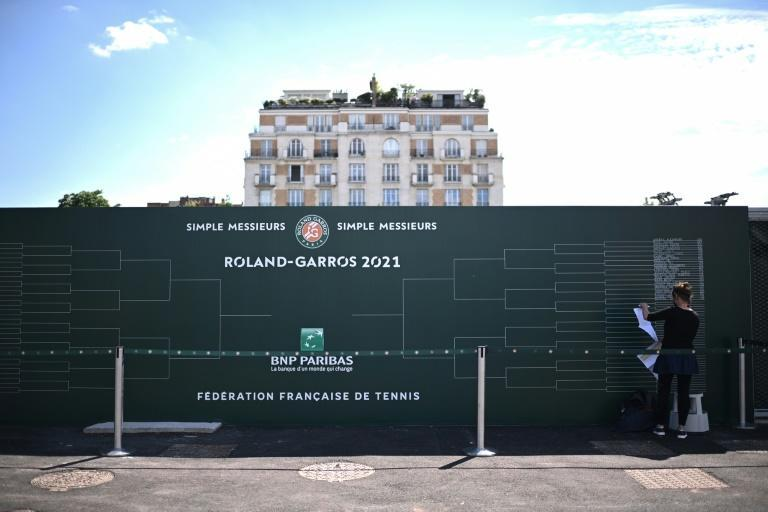 Writing on the wall for this scoreboard official at Roland Garros