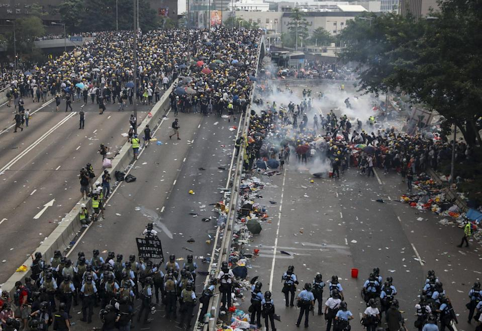 Police fire tear gas at protesters in Admiralty. Photo: K Y Cheng