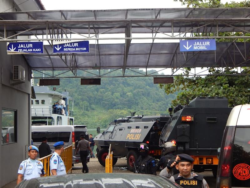 Indonesian police armored vehicles carrying Australians Andrew Chan and Myuran Sukumaran arrive at the entrance of maximum security prison in Nusa Kambangan island, in Cilacap in central Java island on March 4, 2015 (AFP Photo/Azka)