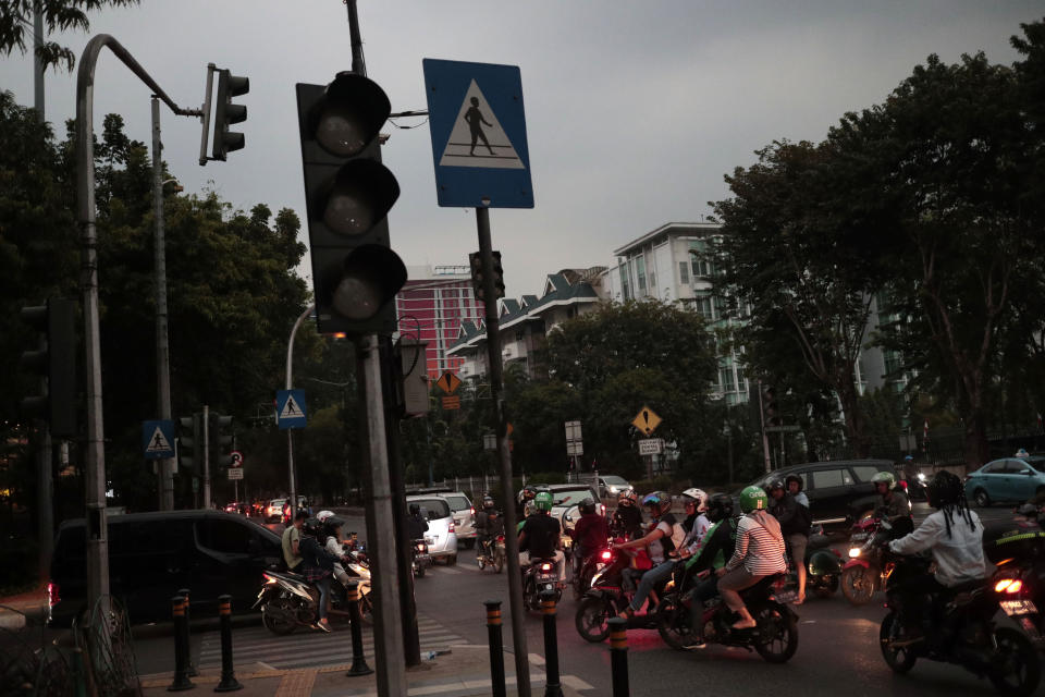 A view of a set of traffic lights during a power outage in Jakarta, Indonesia, Sunday, Aug. 4, 2019. Indonesia's sprawling capital and other parts of Java island have been hit by a massive power outage affecting millions of people. (AP Photo/Dita Alangkara)