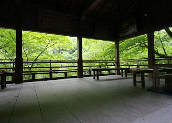 ▲ The view from this rest area inside the shrine grounds looks just like a painting