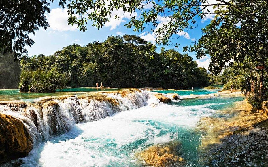 Waterfalls are one of nature's most amazing features, and Mexico has some of the most mesmerizing. Las cascadas de Agua Azul are just one example.
