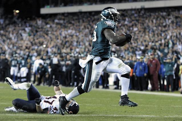 Philadelphia Eagles' LeSean McCoy, right, scores a touchdown past Chicago Bears' Chris Conte during the second half of an NFL football game, Sunday, Dec. 22, 2013, in Philadelphia. (AP Photo/Michael Perez)