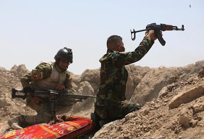 Iraqi soldiers fire towards Islamic State (IS) group positions in the Garma district of Anbar province west of the Iraqi capital Baghdad, on May 19, 2015 (AFP Photo/Ahmad al-Rubaye)
