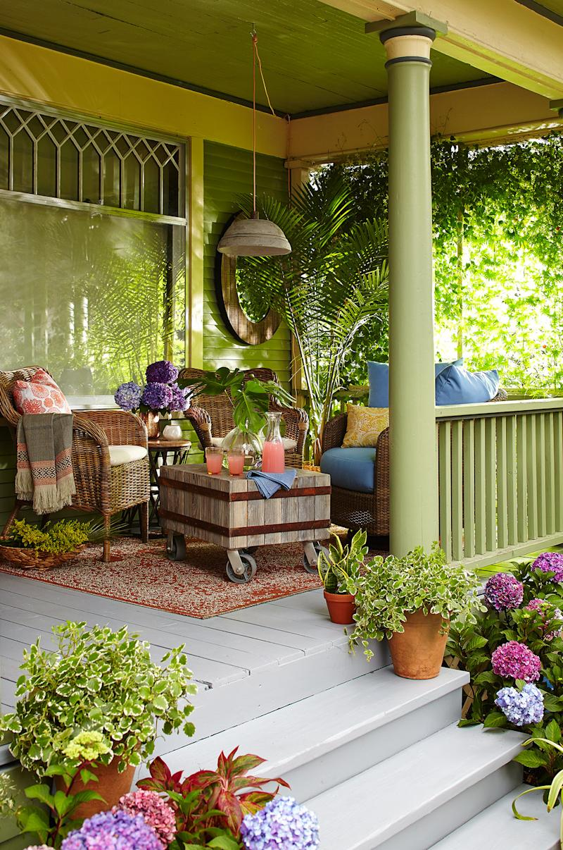 outdoor porch green room