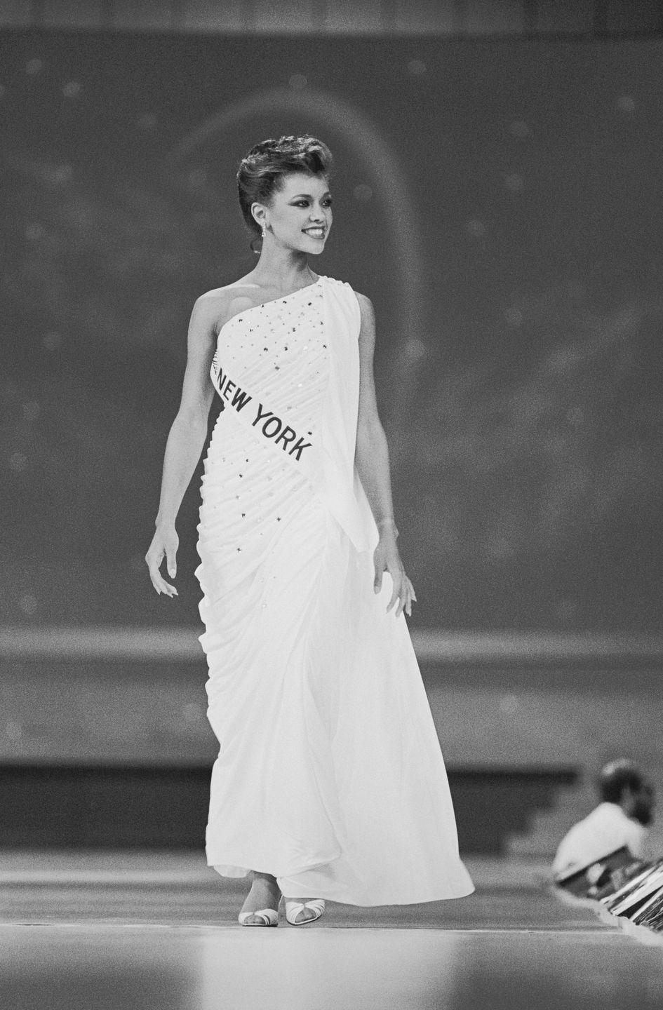 <p>Vanessa Williams wore peep-toe shoes, which had a comeback from the retro and pinup era of the '40s and '50s, onstage at the Miss America pageant.</p>